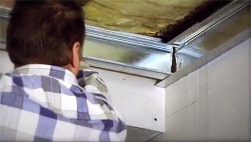 Klem de verticale profielen tussen de randprofielen