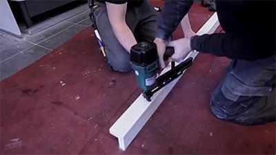 Schuif de stud eerst in het vloerprofiel