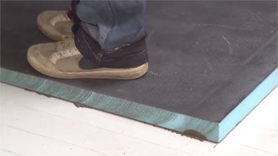 stamp de vloerplaat aan